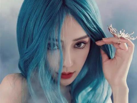 杨颖蓝色造型登上杂志,魅惑展现梦想,不理绯闻积极营业