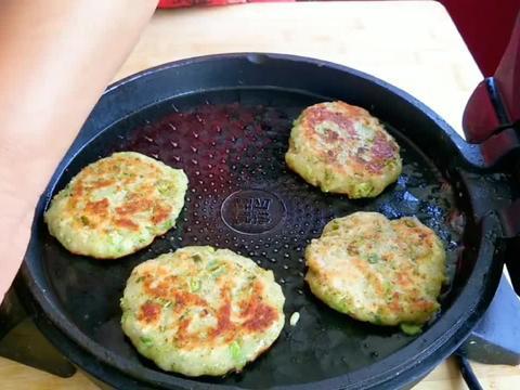 两个土豆一个西蓝花,农村妈妈教你做蔬菜饼,简单营养还健康!