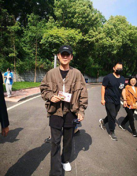 近日,@朱一龙 回到自己的母校武汉市第十四中学:我曾经是武汉市第十四中学的一名学生,现在是一名演员,姓朱……