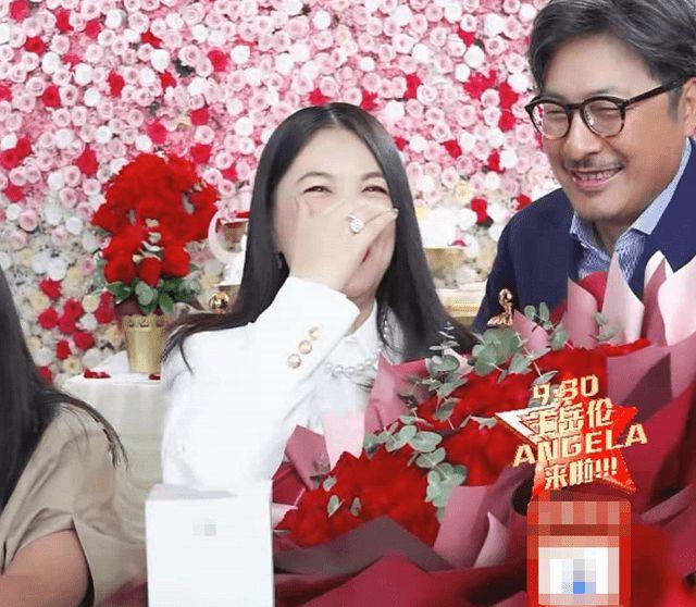 王岳伦现身李湘直播间送玫瑰浪漫表白 破婚变传言