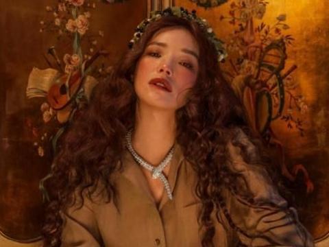 舒淇最新复古油画大片释出,长卷发、雀斑妆演绎女神范