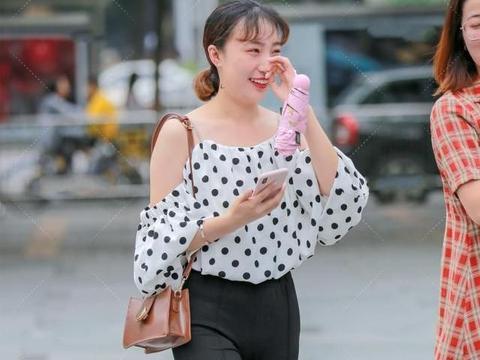 黑白波点小上衣搭配微喇叭裤,穿搭甜美,气质十足,可爱减龄