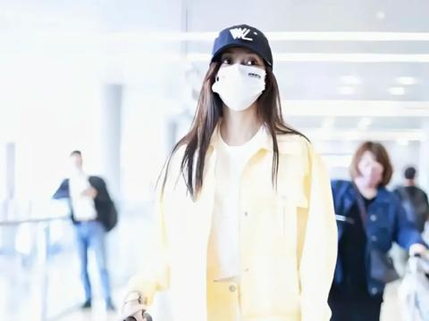 Angelababy现身机场,身穿鹅黄色套装裙,大秀美腿
