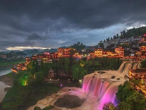 湖南芙蓉镇的姊妹镇:位于重庆境内,同样修建于悬崖之上!