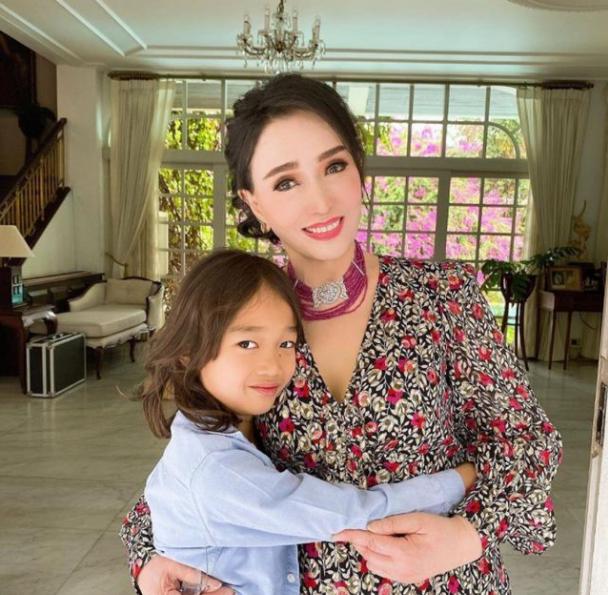 """泰国""""冻龄奶奶""""太美,74岁高龄像30岁,与孙子合照误会大了"""
