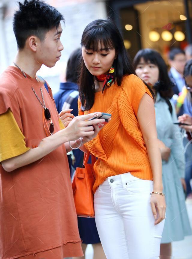 橘黄色长衫搭配橘黄色方巾,显眼又不失时尚,还带一点淑女气息