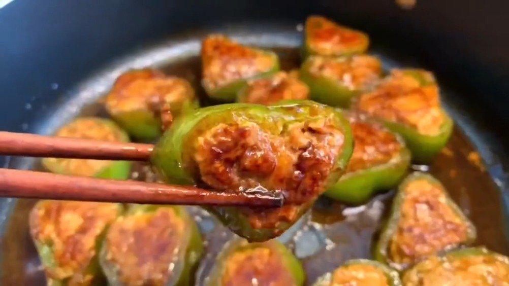 酿肉好吃 青椒味道清香,里面夹着的肉馅很嫩,特别下饭……