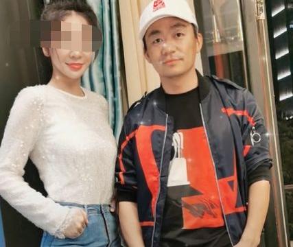 38岁王宝强与美女亲密合照,撞脸沈梦辰,身材好不输女友冯清
