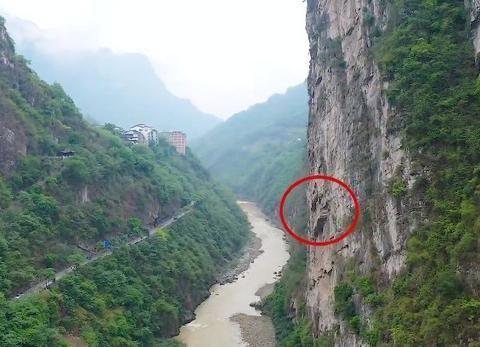 云南大山一悬崖上的棺木,500多年没有腐烂,楠木棺材如何安放