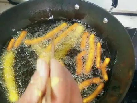 一块南瓜两勺面粉,农村妈妈教你做南瓜小油条,香甜美味还简单