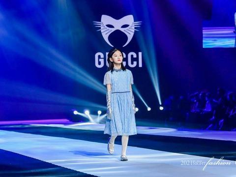 搜亚时尚现场超燃主秀小超模 李佳益华服造型惊艳亮相