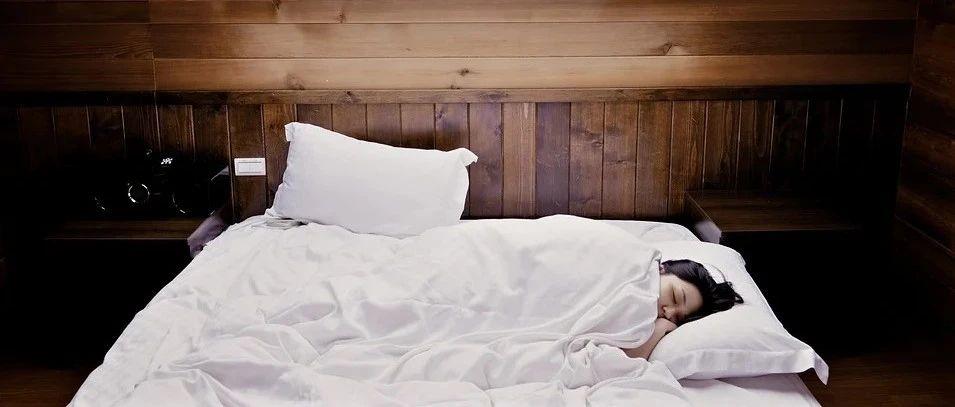 """同日两篇睡眠文:不好好睡觉的代价,不仅是""""变傻"""",还会让人更""""伤心"""""""
