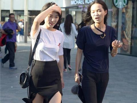 白色半袖搭配黑色高腰裙,细高跟凉鞋衬托身材,简约风也可以很美
