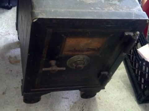 男子在地下室找到古老保险箱,撬开后里面的东西令他兴奋!