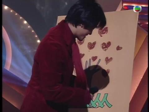 1996慈善星辉仁济夜,庾澄庆和郑伊健一边唱歌,一边画画
