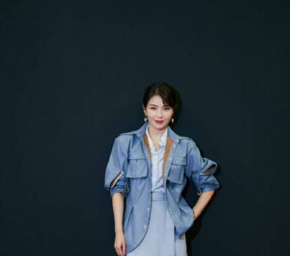 刘涛身穿蓝裙,气质优雅大方。