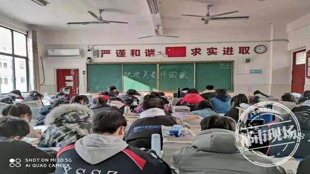 老师连续3个月插着胃管上课:只为与同学一起完成高考的承诺