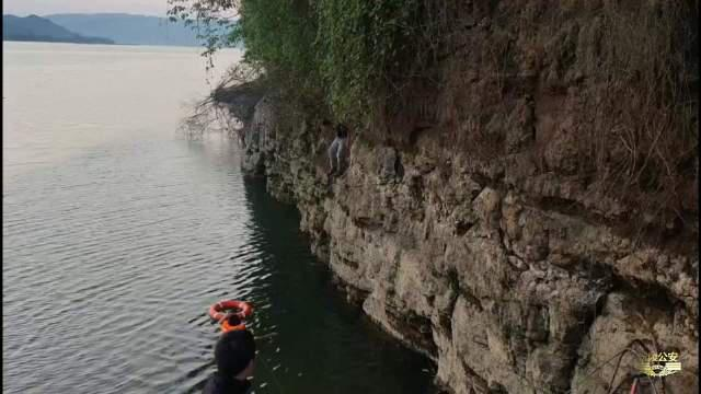 救助被困岩壁的男孩