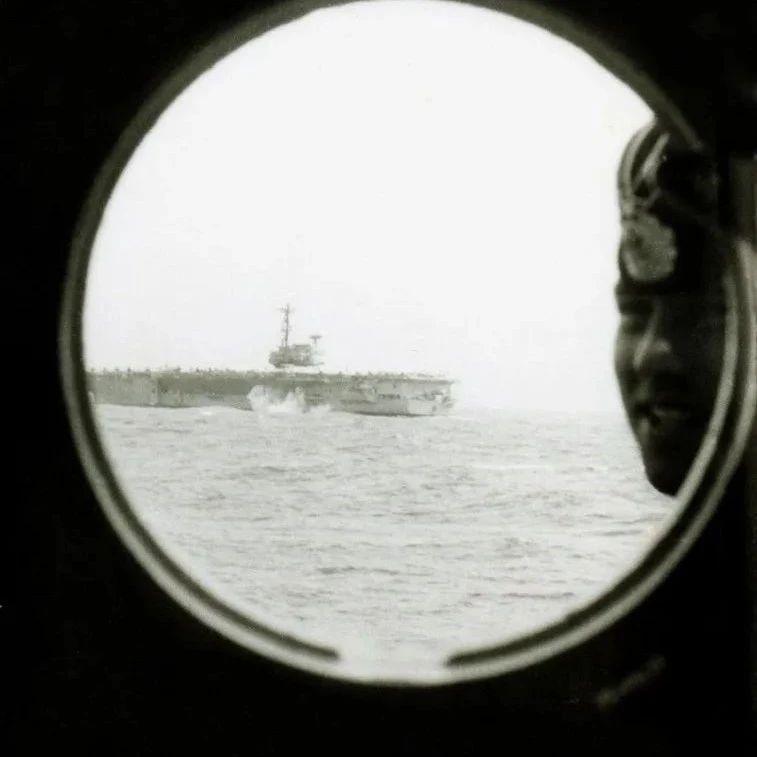 美航母编队绝不会让别国军舰如此接近?打脸照片来了