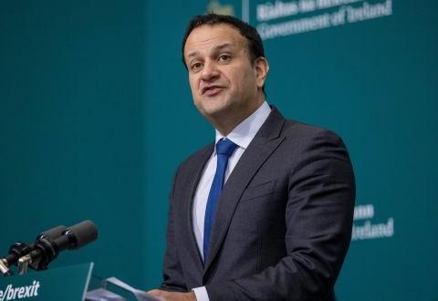 爱尔兰副总理一直在都柏林的一个大规模疫苗接种中心负责接种疫苗