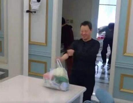 焦俊艳晒北京郊区豪宅,卧室小床很有格调