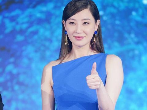 郑希怡蓝色礼服性感亮相 直言女性不该被定义
