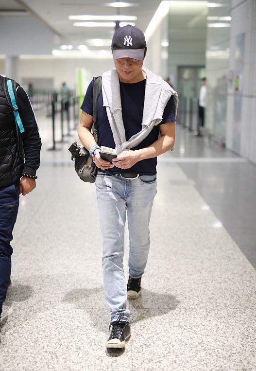59岁马景涛身材好壮,穿牛仔装隐约显出一身腱子肉,真有男人味