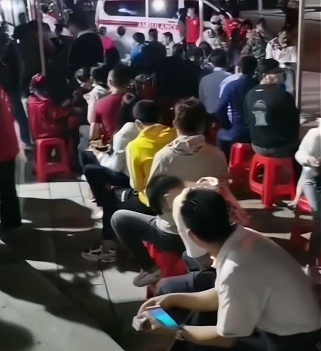 实拍:广西北流市民连夜长排队,踊跃报名献血,场面让人感动