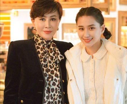 刘嘉玲爆料窦骁何超莲已结婚被打脸,对比范玮琪,路人盘真显优势