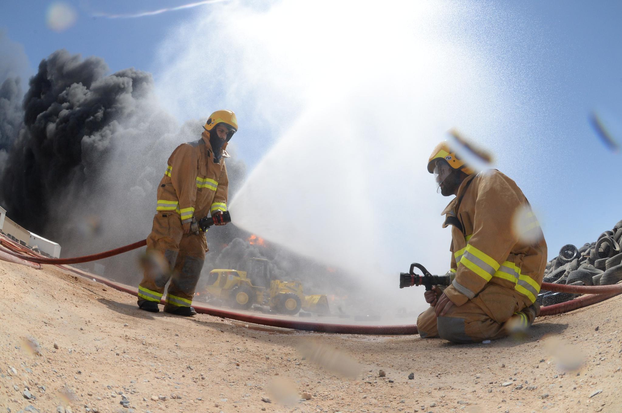 科威特一处废弃轮胎存放处发生火灾