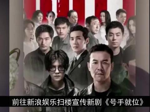 李易峰现身新浪大楼人气高,还了新浪娱乐头像,穿蓝衬衫黑裤上班