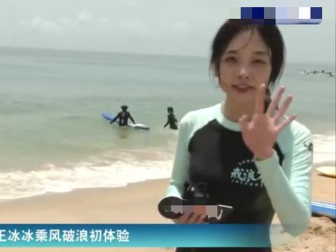 央视最美记者王冰冰现身街头,背帆布包朴素似高中生,紧张到抠手