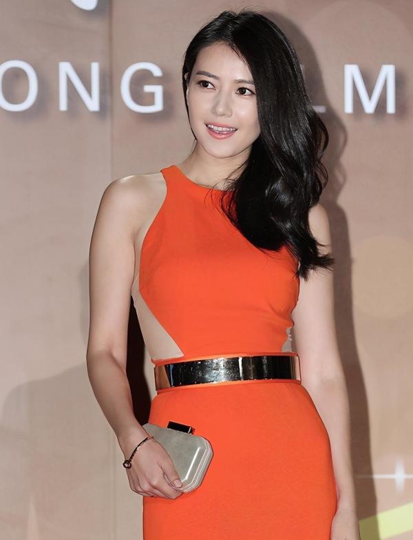 """高圆圆不愧是""""国民女神"""",身穿橘色连衣裙出席活动,高贵优雅"""