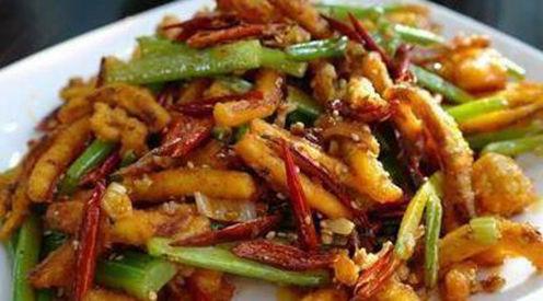 美食:干煸手撕杏鲍菇,白切鸡,干煸鱿鱼须,豇豆炒鸡蛋