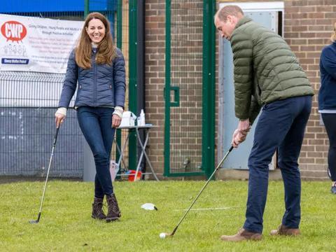 凯特王妃让人眼前一亮,方领T恤搭配休闲长裤优雅稳重,高级洋气
