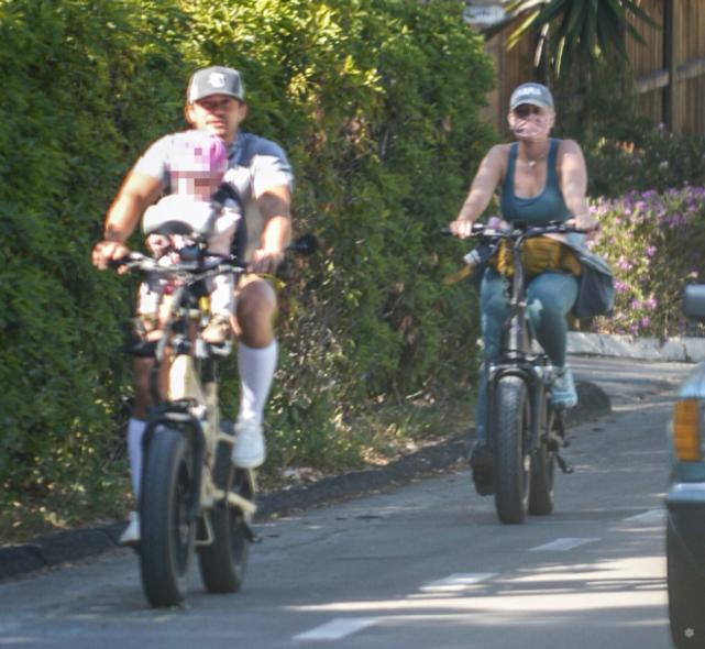奥兰多沉迷骑行不工作,水果姐孕后火速减肥出歌,网友:差距好大