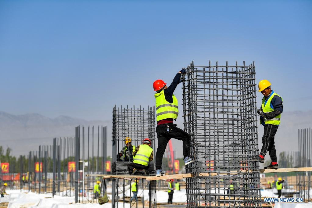Workers are busy at the construction site of a smart factory in the economic and technological development zone in Yinchuan City, northwest China's Ningxia Hui Autonomous Region, May 1, 2021. People from various sectors stick to their posts during the Labor Day holiday. (Xinhua/Feng Kaihua)