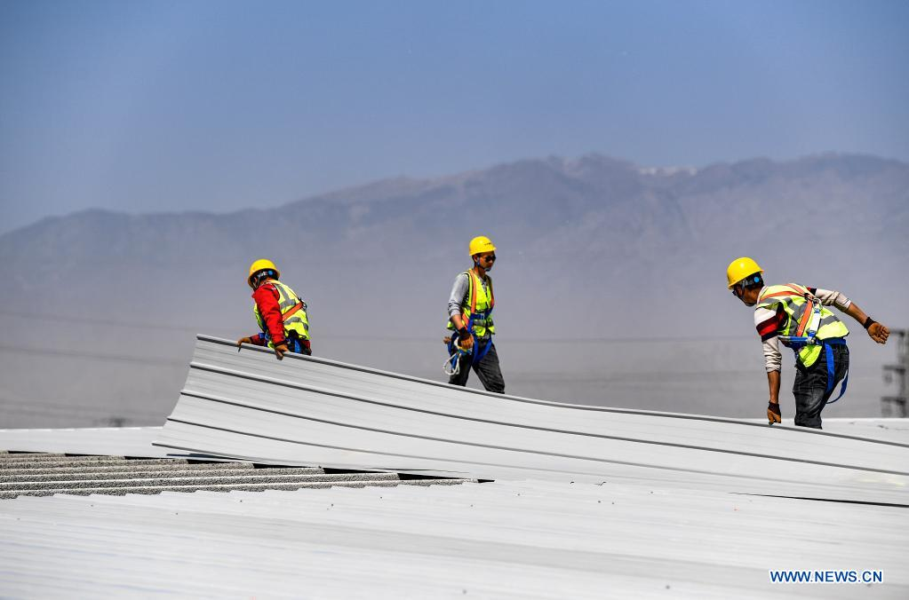 Workers are busy at the construction site of a project in the economic and technological development zone in Yinchuan City, northwest China's Ningxia Hui Autonomous Region, May 1, 2021. People from various sectors stick to their posts during the Labor Day holiday. (Xinhua/Feng Kaihua)