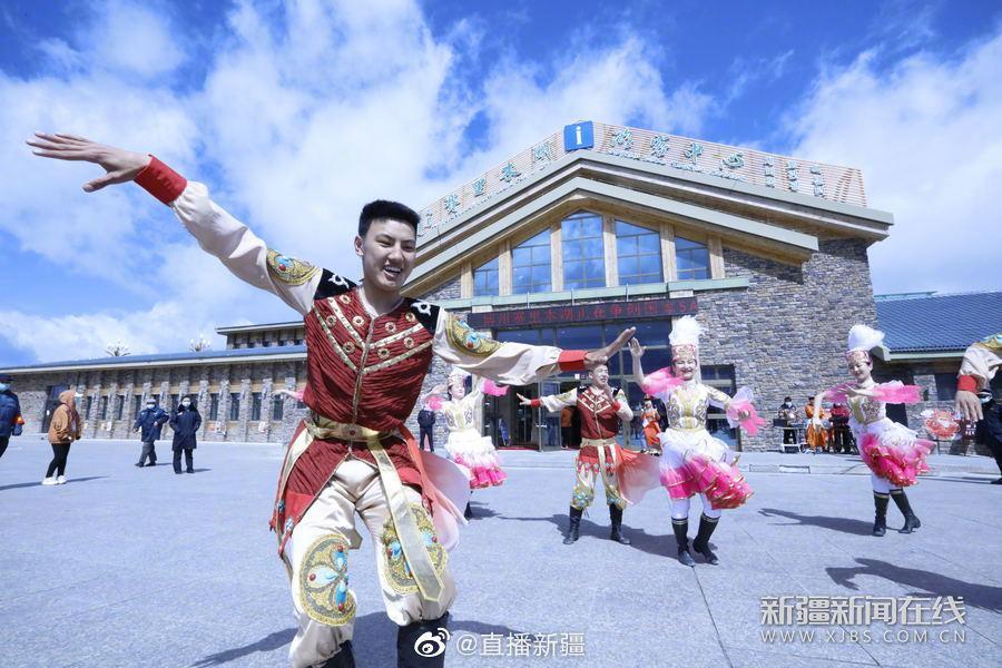 5月1日,博尔塔拉蒙古自治州赛里木湖景区门前欢快的歌舞表演吸引……