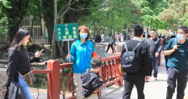 """北京动物园百年老门重开,服务岗门区""""出摊儿""""应对游园高峰"""