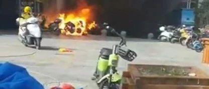 视频丨九江一商城店铺外突发火灾,烧毁数辆电动车和小汽车