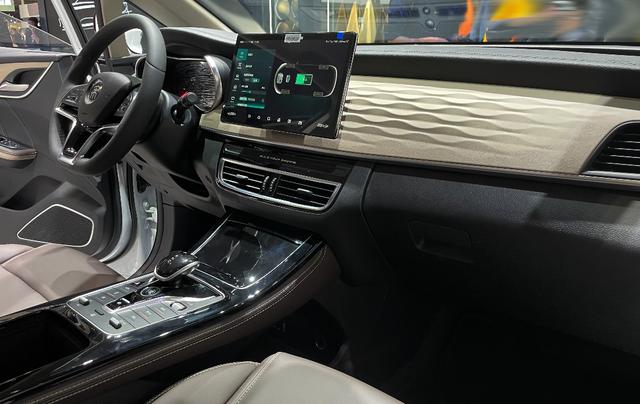 比亚迪宋MAX DM-i实车,油电两用,油耗4.4L,车顶带内增高
