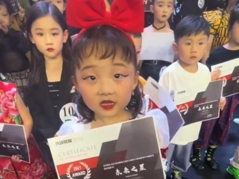 小模特撞脸辣目洋子,后面还站着一位童年版的刘亦菲!