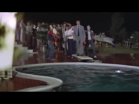 男子真的太逗了,被劫匪逼着跳游泳池,还要骂他们是禽兽是人渣