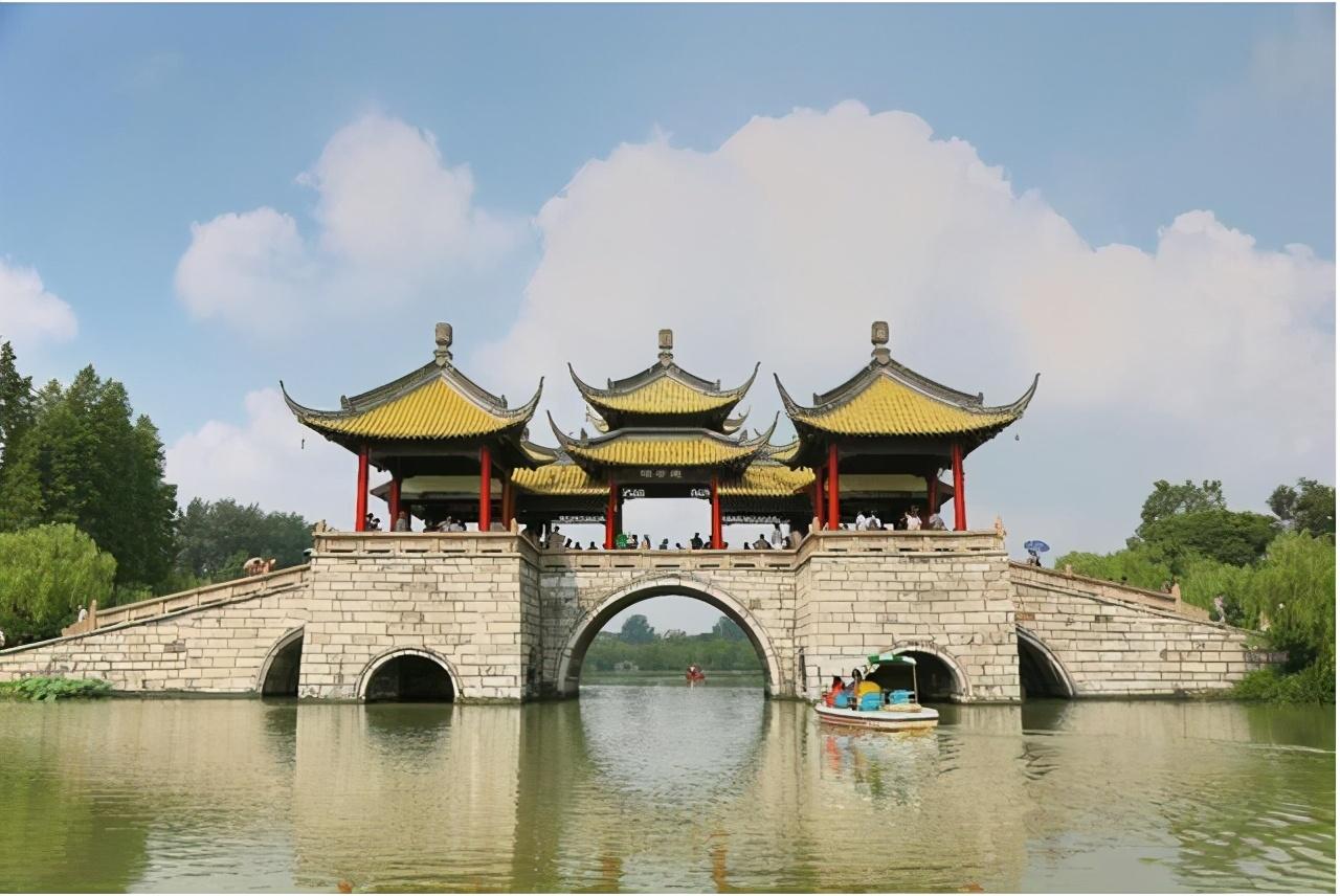 """江苏被""""一分为二""""的城市,坐拥千年运河史,被称为""""发展典范"""""""