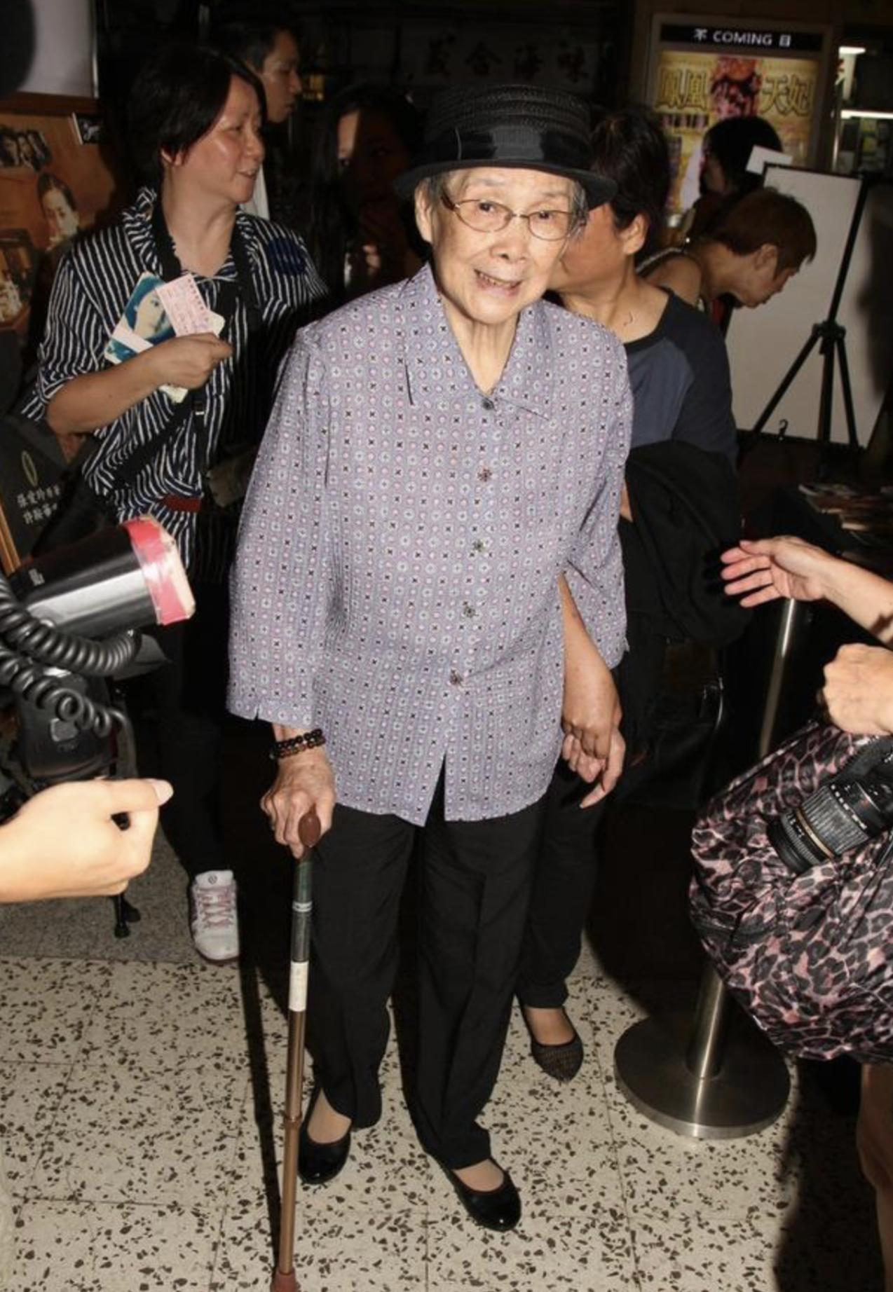 梅艳芳高龄母亲身体不适入院,97岁寿宴停办,被曝仍能拄拐杖行走
