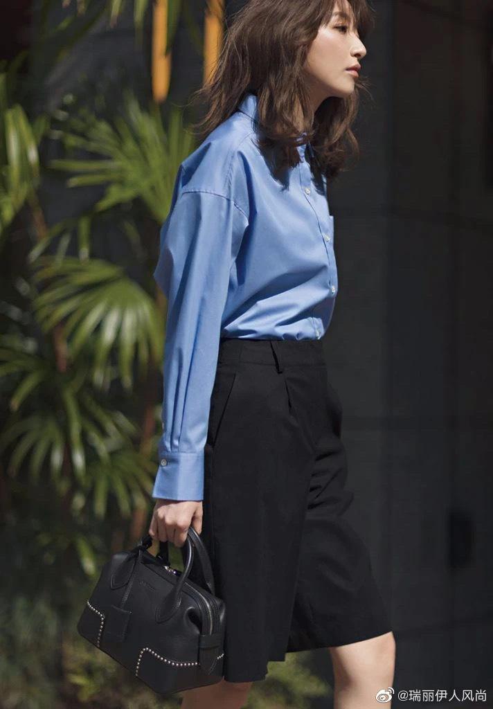 干练的牛津蓝衬衫搭配黑色五分西装裤……