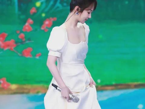杨紫现身五四晚会,穿缎面婚纱礼服仙气十足,五官精致,身材有料