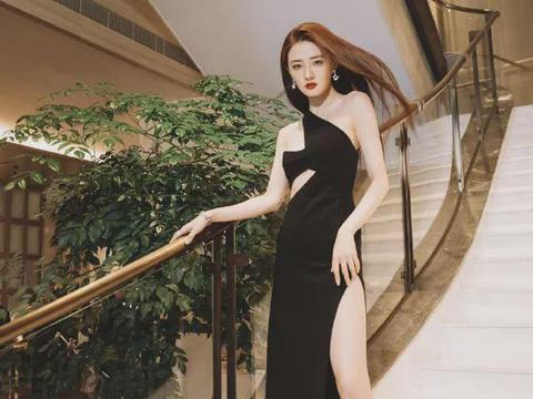 徐璐真敢穿,黑色连衣裙布料很少,却丝毫都不低俗,全是高级感
