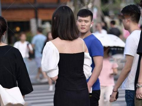 黑白色的吊带连衣裙,独特的裁剪凸显设计感,时尚而大气